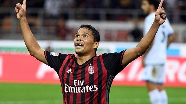 Carlos Bacca z AC Milán se raduje z gólu proti Laziu Řím.
