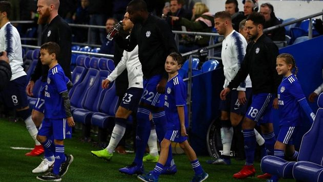 Nástup fotbalistů Tottenhamu a Cardiffu s dětmi k utkání Premier League.