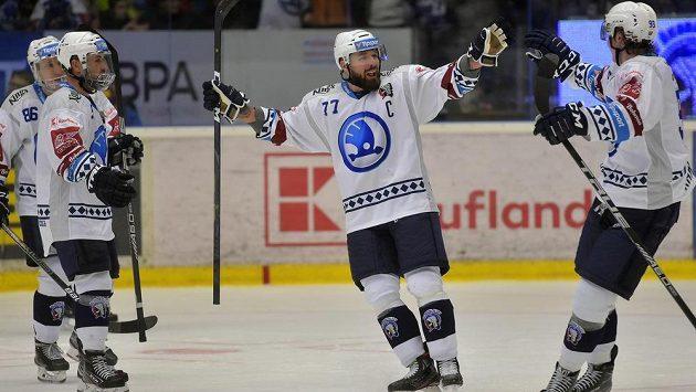 Hokejisté Plzně se radují z gólu, druhý zprava jeho autor Milan Gulaš. Ilustrační foto.