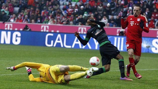 Theodor Gebre Selassie (uprostřed) a brankář Brém Sebastian Mielitz se marně snaží zabránit gólu Francka Ribéryho z Bayernu Mnichov.