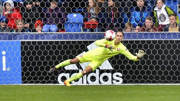 Česká brankářka Olivie Lukášová vyráží penaltu v utkání s Francií.