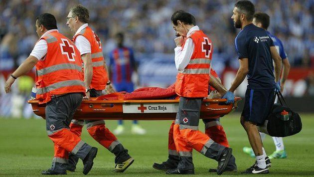 Javier Mascherano z Barcelony na nosítkácjh po střetu s Marcosem Llorentem z Alavwsu.