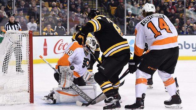 Útočník Bostonu David Pastrňák se snaží překonat brankáře Philadelphie Alexe Lyona.