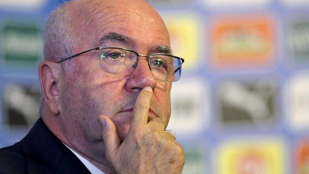 Šéf italského fotbalového svazu Carlo Tavecchio je vyšetřován disciplinárkou UEFA kvůli poznámce na hráče tmavé pleti.
