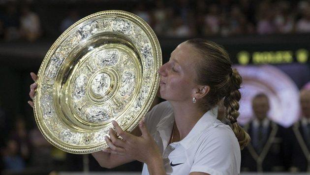 Petra Kvitová s trofejí pro vítězku wimbledonské dvouhry v roce 2014. Dočká se český tenis podobného úspěchu i letos?