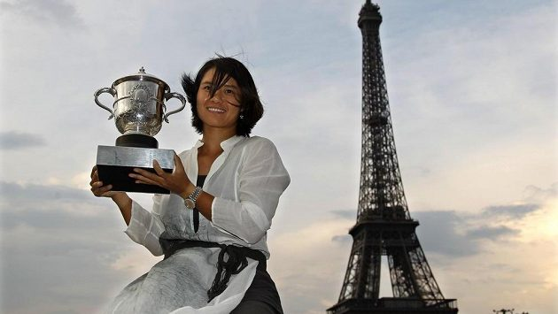 Číňanka Li Na s trofejí za triumf při French Open v roce 2011.
