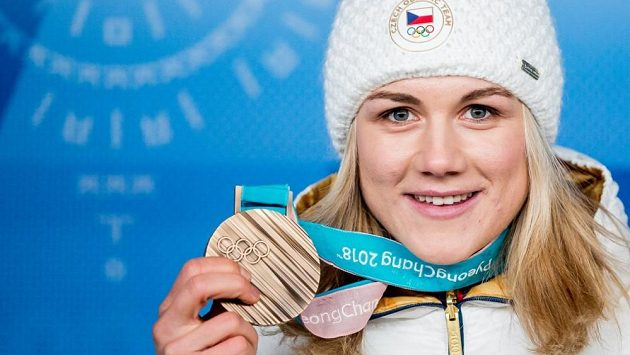 Karolína Erbanová na archivním snímku pózuje s bronzovou medailí z olympiády.