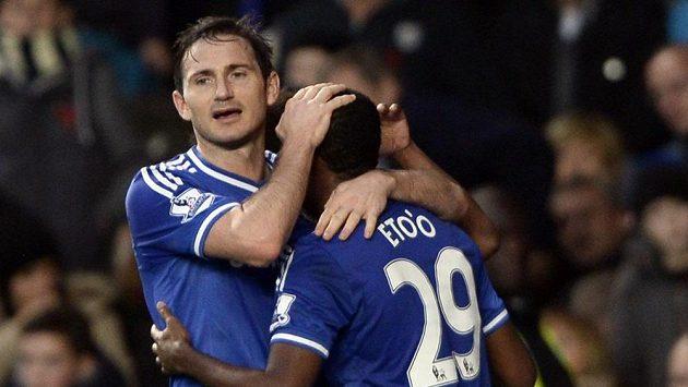 Záložník Chelsea Frank Lampard (vlevo) gratuluje Samuelovi Eto´ovi k brance.