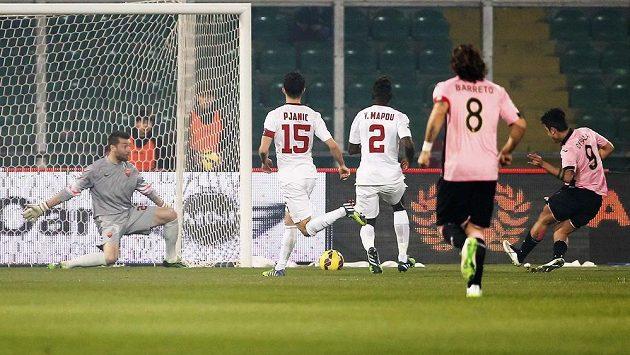 Paulo Dybala z Palerma (vpravo) střílí gól brankáři AS Řím Morganu De Sanctisovi.