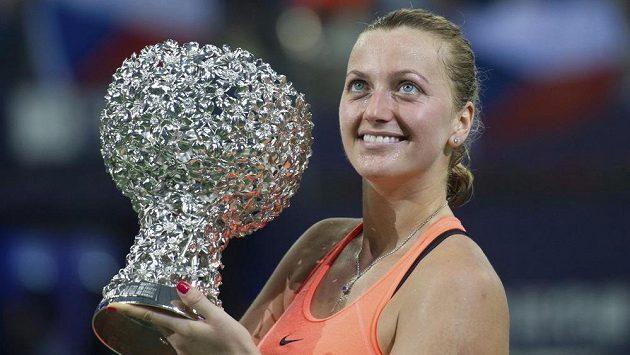 Petra Kvitová pózuje s trofejí za Elite Trophy.