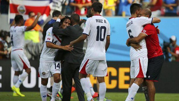 Kostarika slaví senzační vítězství nad Itálií. Raduje se i střelec jediné branky útočník Bryan Ruíz (třetí zprava).