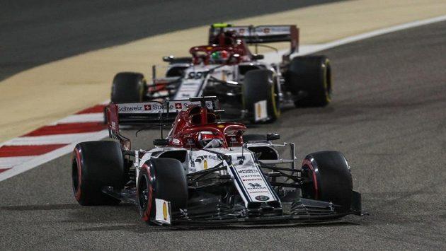 Kimi Räikkönen a za ním jeho kolega Antonio Giovinazzi.