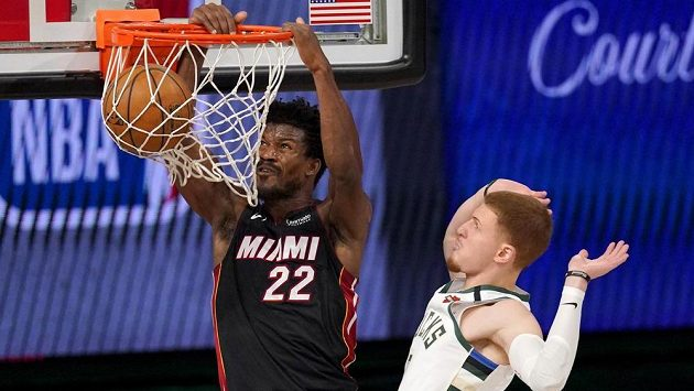 Jimmy Butler (22) z Miami a Donte DiVincenzo (0) z Milwaukee.