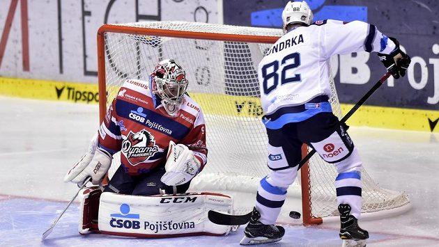 Brankář Ondřej Kacetl z Pardubic inaksuje gól od Michala Vondrky z Chomutova.