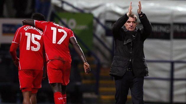 Trenér Liverpoolu Brendan Rodgers děkuje fanouškům po vítězném utkání.