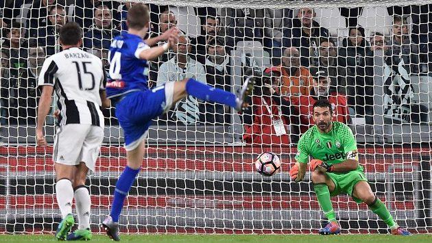 Český záložník Jakub Jankto (uprostřed) z Udine střílí gól slavnému Gianluigimu Buffonovi v brance Juventusu.