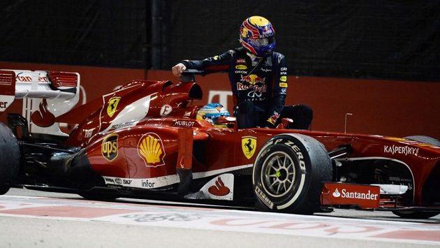 Fernando Alonso veze na svém ferrari Marka Webbera. Australan bude za tento prohřešek potrestán ztrátou deseti míst na startu GP Koreje.