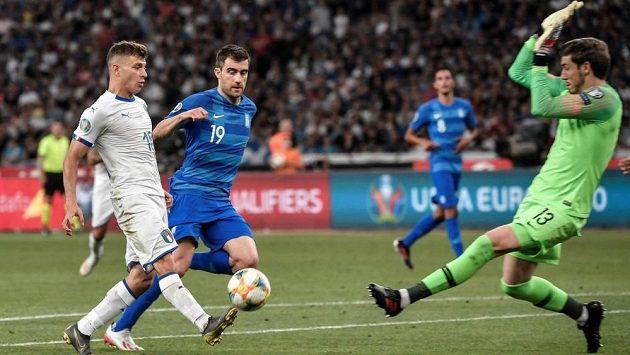 Záložník Itálie Nicolo Barella (v bílém) v souboji o balón s řeckým obráncem Sokratisem Papastathopoulosem (s číslem 19) během kvalifikačního utkání na EURO 2020 mezi Itálií a Řeckem.