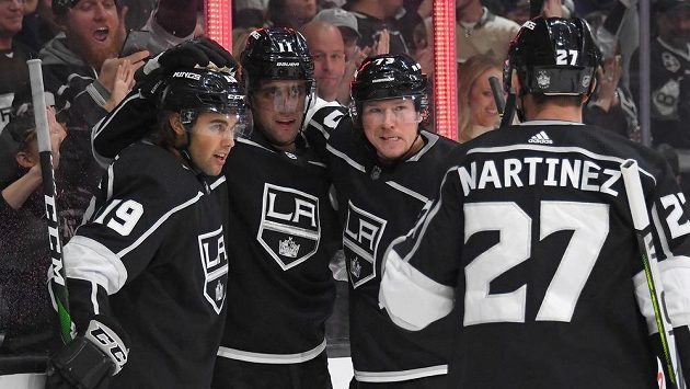 Hokejisté Los Angeles Kings Tyler Toffoli (73), Alex Iafallo a Alex Martinez (27) během utkání s Calgary.