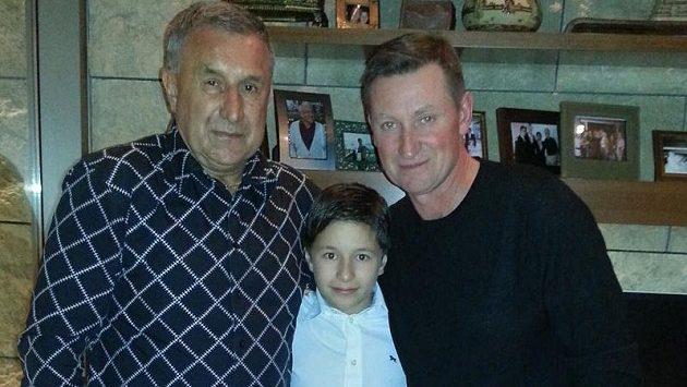 Jaroslav Pouzar (vlevo) se synem Járou a legendárním Waynem Gretzkým.