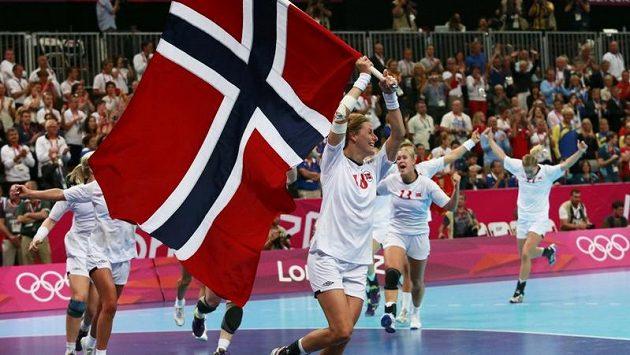 Norské házenkářky se radují z vítězství ve finále olympijských her nad Černou Horou.