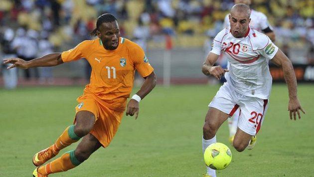 Útočník Pobřeží Slonoviny Didier Drogba (vlevo) a Aymen Abdennour z Tuniska