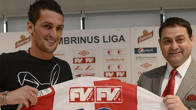 Fotbalová Slavia Praha představila Martina Fenina jako novou posilu hráčského kádru. Vpravo je generální ředitel Slavie Zbyněk Kusý.