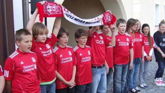 """Školáci z Dolních Chaber zazpívali hymnu Liverpoolu """"You´ll Never Walk Alone""""."""