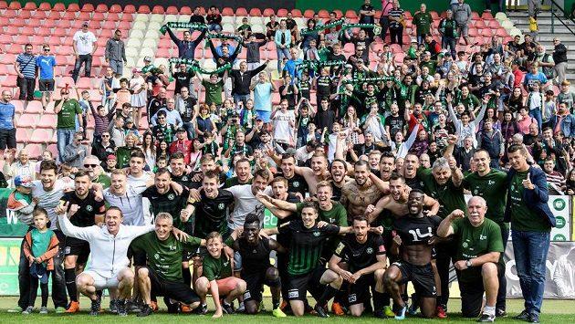 Fotbalisté Příbrami oslavují s fanoušky postup do první ligy.