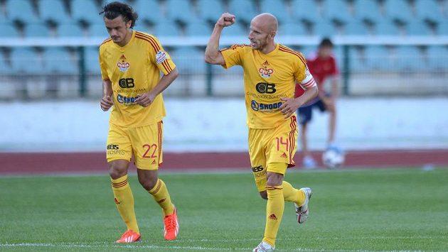 Záložník Dukly Praha Patrik Gedeon (vpravo) by chtěl na ligové scéně vydržet ještě dva roky.