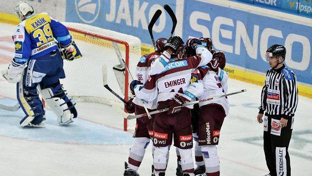 Radost sparťanských hokejistů z gólu proti Zlínu.