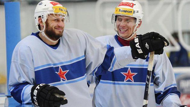 Útočníci Komety Pavel Brendl (vlevo) a Jan Hruška v retro dresech se znakem Rudé hvězdy.