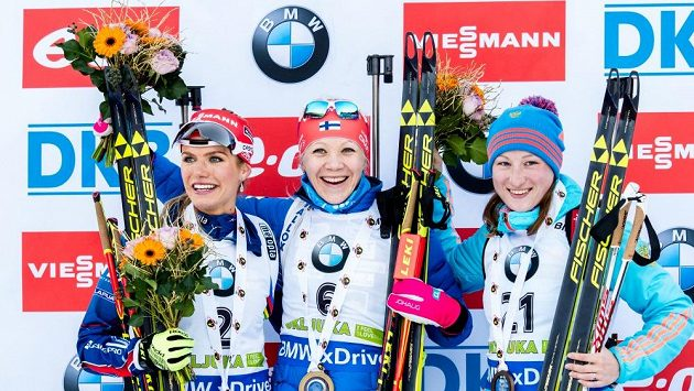 Stupně vítězek po závodě s hromadným startem v Pokljuce - zleva druhá Gabriela Soukalová, vítězná Finka Kaisa Mäkäräinenová a třetí Ruska Olga Podčufarovová.