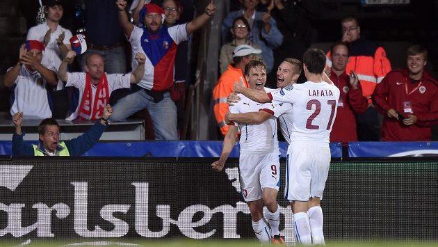 Český záložník Bořek Dočkal (vlevo) se raduje společně s Pavlem Kadeřábkem (uprostřed) a Davidem Lafatou z gólu proti Nizozemsku.