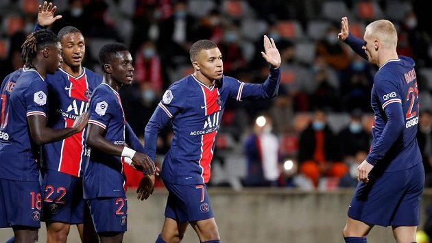 Kylian Mbappe (uprostřed) se raduje se spoluhráči z Paris St. Germain z gólu proti Nimes.