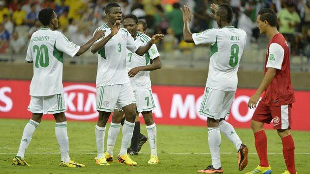 Uwa Echiejile z Nigérie (druhý zleva) se raduje se spoluhráči ze vstřelení gólu proti Tahiti.