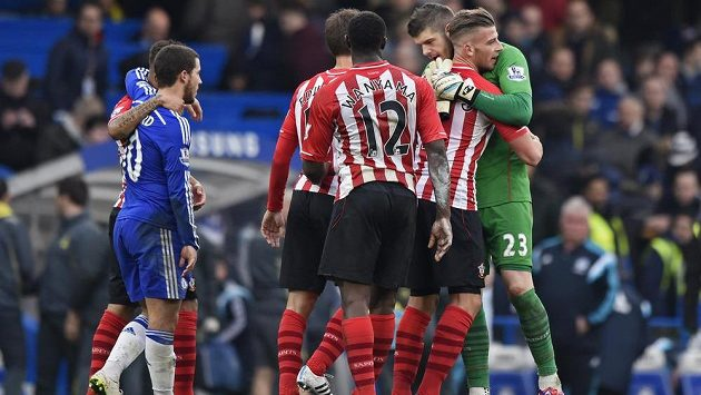Fotbalisté Southamptonu se radují z remízy na hřišti Chelsea.
