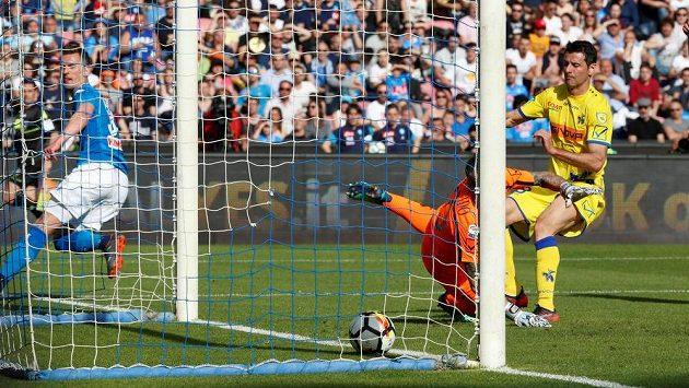 Arkadiusz Milik (zcela vlevo) střílí první gól fotbalistů Neapole v utkání s Veronou.