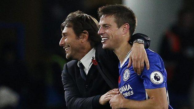 Kouč Chelsea Antonio Conte a Cesar Azpilicueta po utkání s Evertonem.