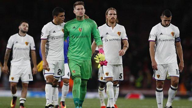 Zklamaný brankář Basileje Tomáš Vaclík opouští se spoluhráči trávník stadiónu Emirates Stadium po porážce s domácím Arsenalem.