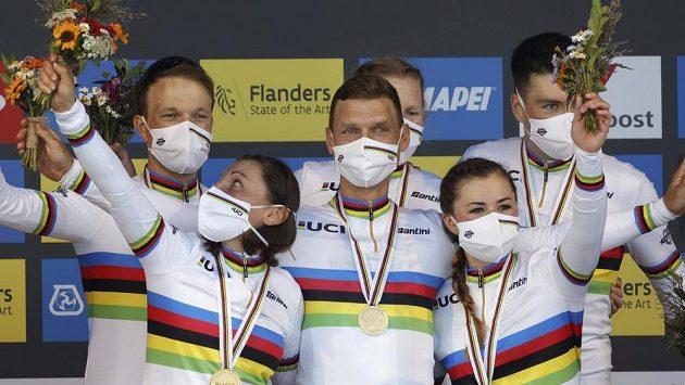 Tony Martin (uprostřed) slaví s německým smíšeným družstvem triumf na MS.