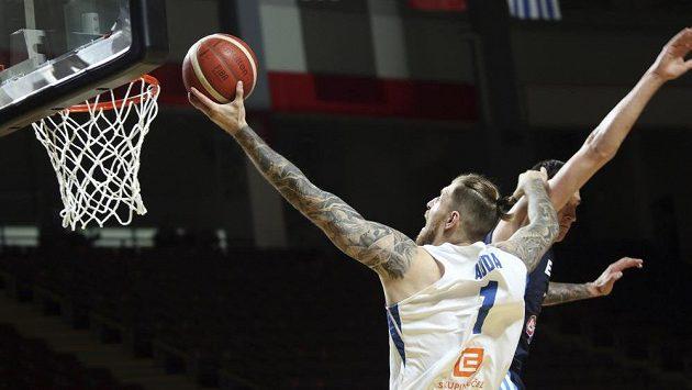 Čeští basketbalisté završili vítězně náročnou cestu olympijskou kvalifikací ve Victorii, když ve finále rozdrtili Řecko 97:72. V akci český reprezentant Patrik Auda.