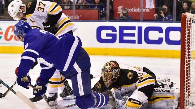 Bitva. Brankář Bostonu Tuukka Rask (40) v akci během utkání s Torontem v prvním kole play off NHL.