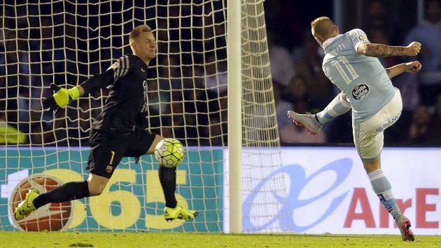 Útočník Celty Vigo John Guidetti (vpravo) střílí gól barcelonskému brankáři Ter Stegenovi.