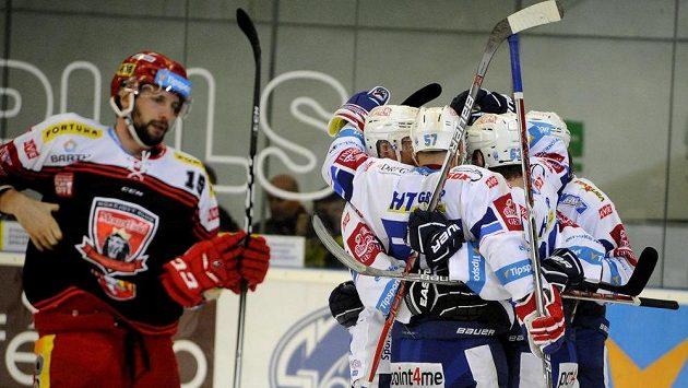 Radost brněnských hráčů po vyrovnání skóre v šestém semifinále play off hokejové extraligy s Mountfieldem Hradec Králové.