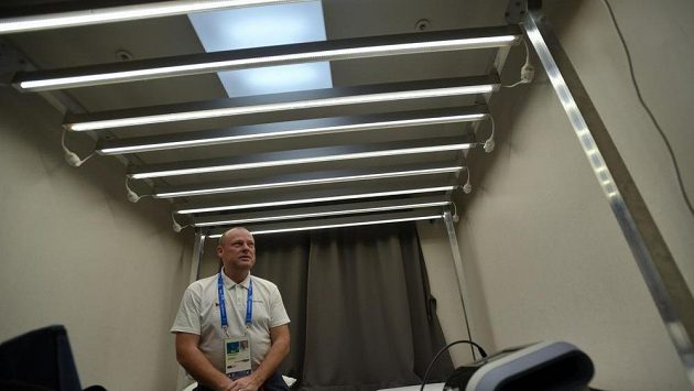 Vedoucí lékař české výpravy Jiří Neumann hovoří o zařízení pojmenovaném světelný déšť, který využívá k práci s českými sportovci v olympijské vesnici. Světelný déšť je silné záření. Mělo by to přispět k rychlejší aklimatizaci, prý pomůže i zvýšit výkonnost. Funguje centrálně přes mozek.