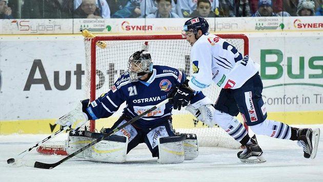 Brankář Vítkovic Pavel Kantor (na snímku zastavuje akci Dominika Lakatoše z Liberce) bude mít v klubu novou konkurenci.