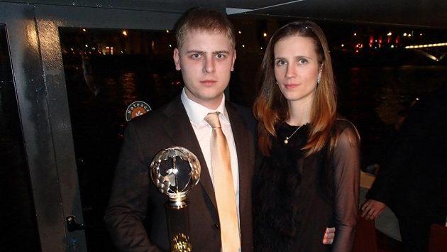 Michal Matějovský v Paříži s manželkou Zuzanou a trofejí za druhé místo v evropském šampionátu.