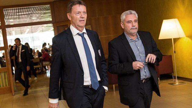 Místopředseda FAČR Roman Berbr (vlevo) během Valné hromady FAČR.