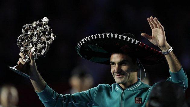 Švýcar Roger Federer po vítězství nad Alexandrem Zverevem v exhibičním utkání v Mexiku.